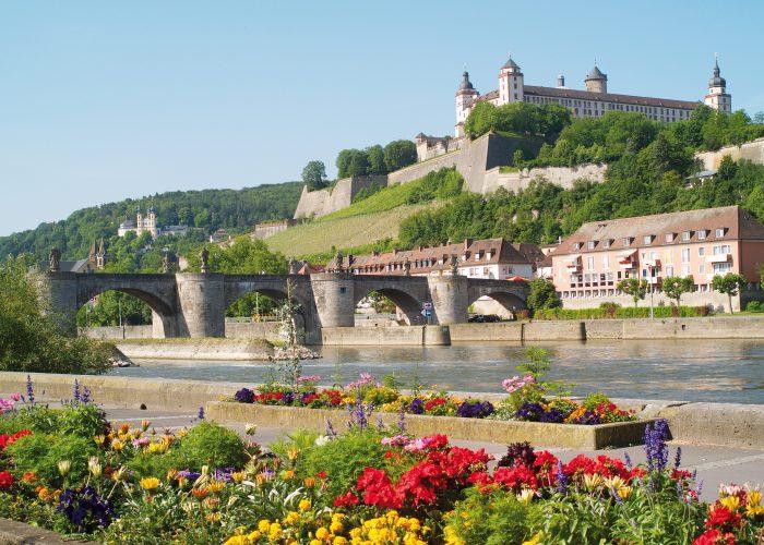 Würzburg-Mainkai-mit-Blick-auf-Festung-Marienberg_Congress-Tourismus-Würzburg_Fotograf_ABestle